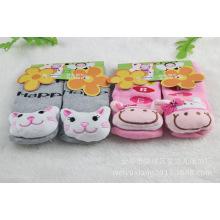 El diseño animal colorido calcetines del bebé calza los zapatos de bebé para el invierno
