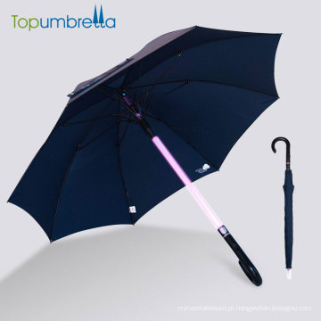 O punho da vara carregada conduziu o guarda-chuva leve