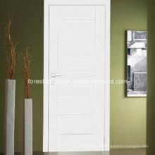 Puerta blanca a ras de madera con diseño de talla