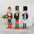Riesige hölzerne Nussknackerverzierungen der FQ-Markenriesen im Freienweihnachtsnussknackerdekorationsboutique im Freien