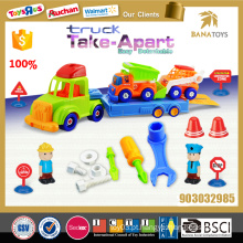 Desmontagem de brinquedo de plástico e construção de montagem pequeno carro crianças brinquedo