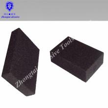 Schwarzer abschleifender Blockierungsnasser und trockener abschleifender Schwamm benutzt von Hand