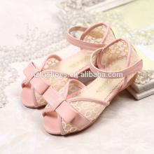Sandálias bonitas dos calçados do verão dos miúdos para a menina com bowtie e laço