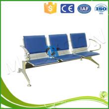Tres persona azul pu brillante plata aeropuerto esperando silla
