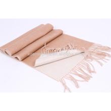 bufanda de lana reversible de color camel y blanco