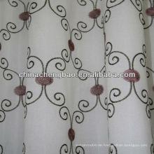 Handgestickter Vorhang mit lila Blüten