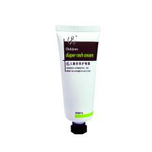 Klares Shampoo, das weiches Plastikrohr für kosmetische Produkte verpackt