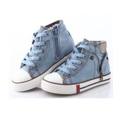 Nuevos niños de la llegada calzan los zapatos para los cabritos