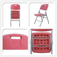 Cadeiras dobráveis de plástico em cores vermelhas de plástico