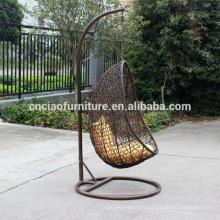 Main tissage mobilier d'extérieur suspendu osier chaise