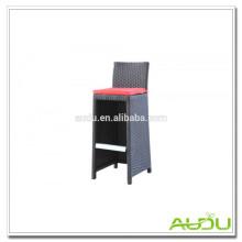 Ротанговый стул / Открытый стул из ротанга с красной подушкой