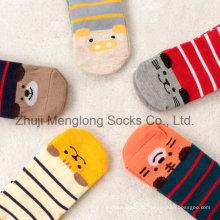Прямые смотрят милые хлопковые носки младенца