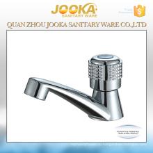На бортике высокого качества пластичный faucet тазика