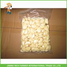 Gousses d'ail fraichées fraîches sous vide et sous vide