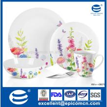 Petite vaisselle en porcelaine super blanc avec motifs floraux pour fête de jardin