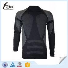 Parte superior termal inconsútil de la ropa interior de los hombres jovenes