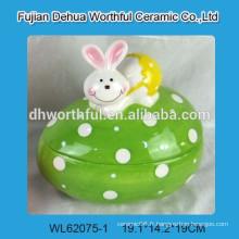 Jolie bocal de stockage en céramique avec figurine de lapin