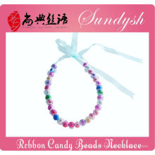 Beau collier fait main de perles de dentelle de ruban de Noël à la main