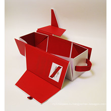 Складывая коробки подарка для легкой перевозки