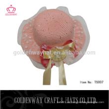 La manera embroma los sombreros de paja de los cabritos del bebé