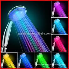 Pommeau de douche tenu dans la main de salle de bains de douche d'accessoire de salle de bains LED