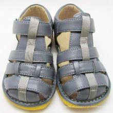 Sandálias cinzentas do bebé Sandálias esparsas
