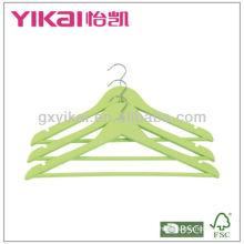 Farbiger hölzerner Hemdbügel mit runder Stange und u Kerben