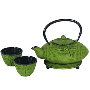Théière en fonte verte de style japonais avec des tasses et un trivet
