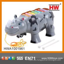 Rinoceronte plástico de la historieta encantadora con los precios de los instrumentos musicales del xilófono de la luz y de la música