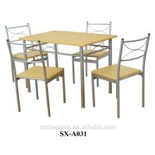 Table et chaises à manger en hêtre et en métal