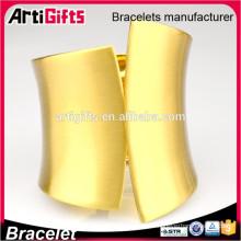 Bracelets en métal faits à la main conception moderne bangles d'or femmes