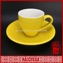 Rot glasierte Kaffeetasse und Untertasse