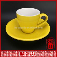 Taza de café y platillo de cristal rojo