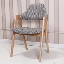 Silla de madera maciza café de estilo nórdico