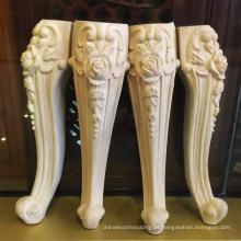 Pés de móveis de mesa de madeira antiga esculpida