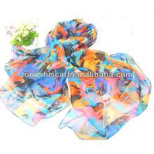 schöner Schal der Art und Weisedame