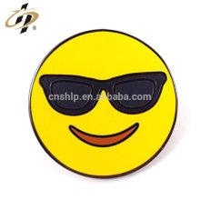 Benutzerdefinierte Runde Gold Metall Schmelz Emoji Revers Pins mit Schmetterling Pin