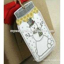 Mignon bonhomme de neige blanc adorable dans des étiquettes décorées décorées de jar