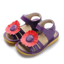 Темно-фиолетовые скрипучие сандалии с красным подсолнухом