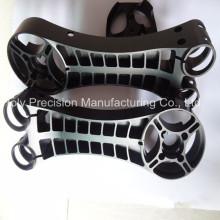 CNC que trabaja anodizando el sistema de suspensión de aluminio de la motocicleta