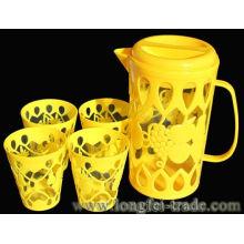 Пластиковый водный кувшин и чашки