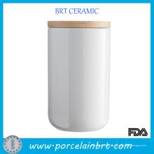 Velas altas brancas cerâmicas do frasco da tampa de madeira
