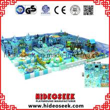 Parque de diversões coberto de enorme centro de recreação de tema de neve de gelo