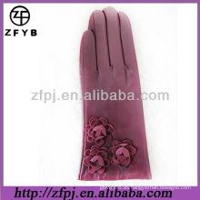 Flor de cuero adorna guantes