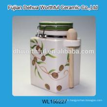 Récipient en céramique fait main avec une cuillère, un récipient en céramique hermétique