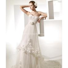 Vestido de novia con volantes y flores de la capilla de una línea de novia