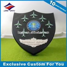 Premio de placa de madera de pared de latón personalizado con logotipo de avión o espada para la fuerza