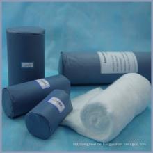 Blaues Papier der unterschiedlichen Größe verpackte medizinische Baumwollrolle