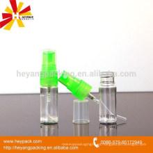Bomba pequeña con una pequeña botella de plástico