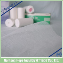 A atadura de gaze de algodão macia e confortável para o corpo de saúde